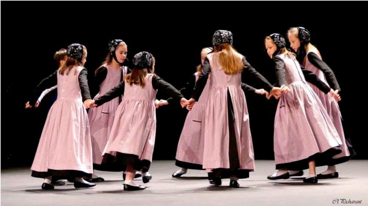 Danse bretonne, couture, broderie, perlage, création, comédie musicale