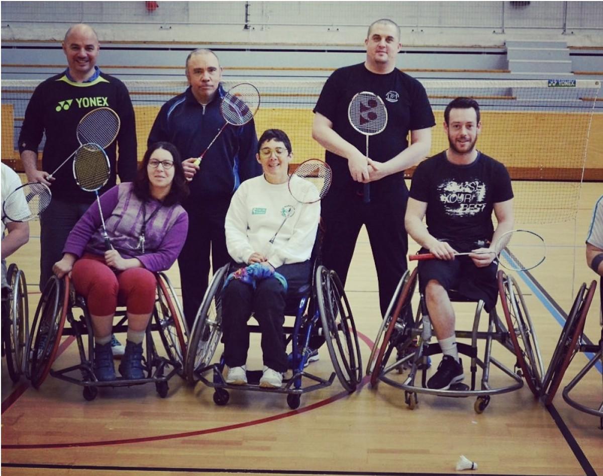 Séance de badminton pour les personnes en situation de handicap ou souffrant de maladies chroniques.